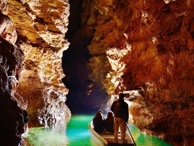 Visiteurs dans une barque sur la Rivière souterraine de Padirac.